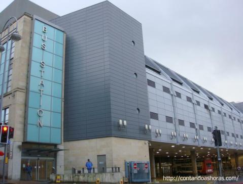 Entrada da Estação de ônibus que fica em frente ao St James Shopping Centre