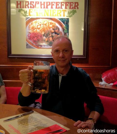 Meu pai com 1 litro de cerveja!