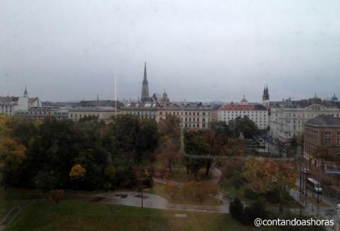 Vista do meu quarto, com o Stadtpark em primeiro plano e ao fundo a Stephansdom