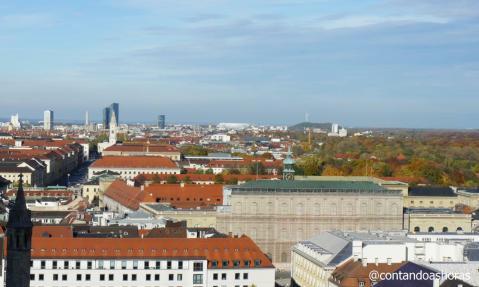 Münchner Residenz e o estádio Allianz Arena no fundo